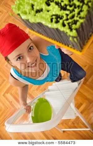 happy Woman Malerei der Decke mit großen Pinsel