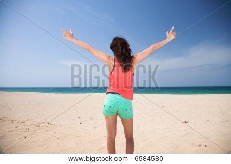 Mujer de fondo verde en la playa