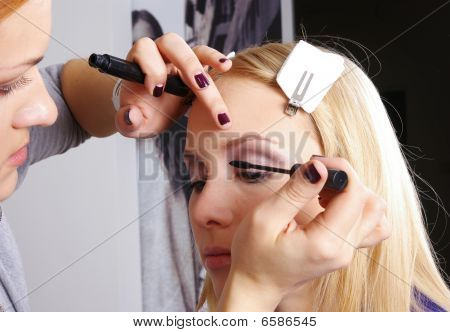 Makeup Artist Mascara One's Eyelashes