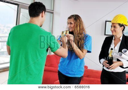 Glückliches junges Paar Kauf neues Zuhause mit Immobilienmakler
