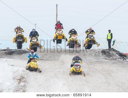 Mass sport racing on snowmobiles