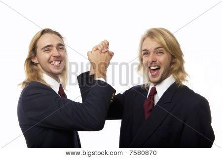 hermanos gemelos juntando manos