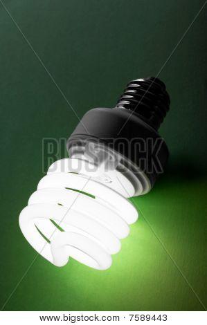 Fluoreszenz-Lampe auf einem grünen Hintergrund