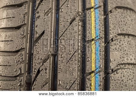 Tire tread in wet weather condition