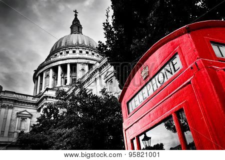 St Paul's Cathedral dome and red telephone booth. Symbols of London, the UK. Black and white