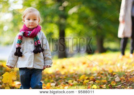 Niño niña en Parque de otoño