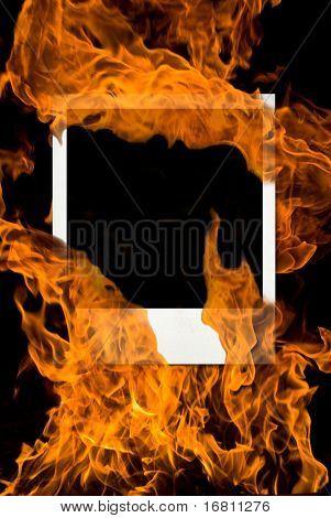 Alte Fotokarte in brennenden Feuer