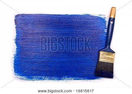 Professionelle Pinsel mit blauer Farbe auf weißem Hintergrund