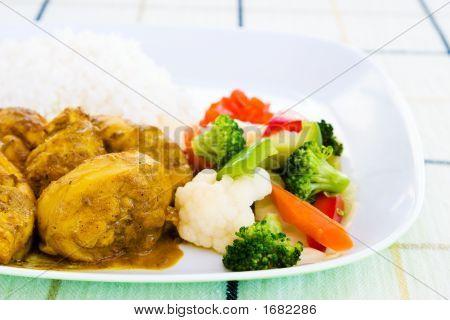 Frango ao curry com arroz e legumes - estilo jamaicano