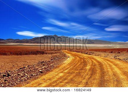 carretera polvorienta en medio fondo desierto de Bolivia