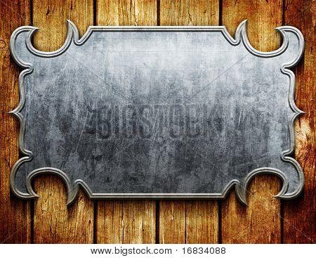 Letrero de metal vintage en tablones de madera antiguos