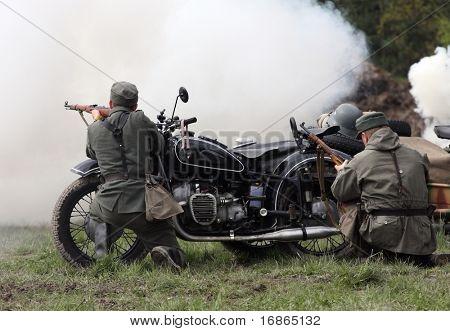 Dois soldados alemães tiro e motocicleta militar no campo de batalha WWII - República Checa-Europa