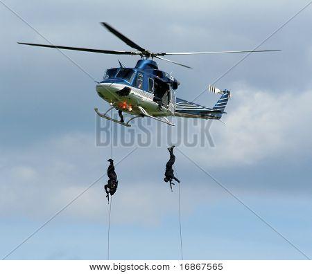 Escuadrón de policía en acción