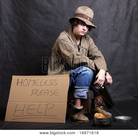 Jovens sem-teto pobre alcoólatra em depressão. Studio chave baixa tiro. Ótimo para anúncios e folhetos de caridade
