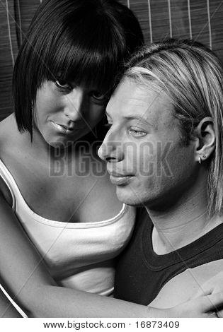 Casal jovem retrato - tiro de baixo chave estúdio monocromático