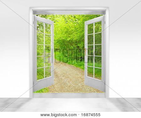 Porta aberta de manhã cedo na metáfora de jardim verde - imagem conceptual - negócios ambientais.