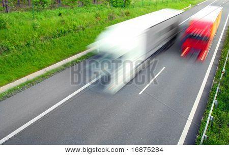 Movimiento borroso camión en la carretera.