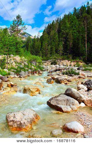 Alpinen Gebirgsfluss in den Dolomiten - Italien - Europa. Im August 2009 wurden die Dolomiten erklärt.