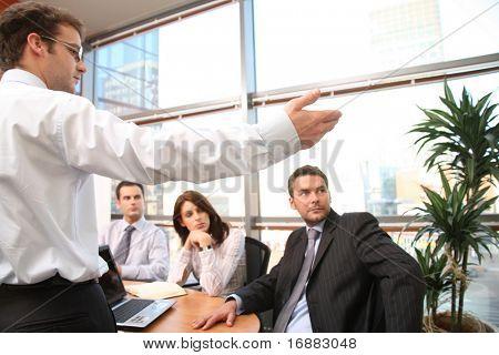 homem mostrando os resultados para o grupo de empresários na reunião