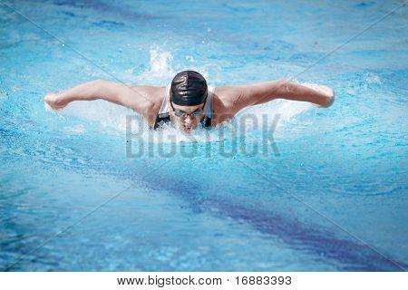 Schwimmer in GAP Atmung durchführen der Schmetterling-Strich