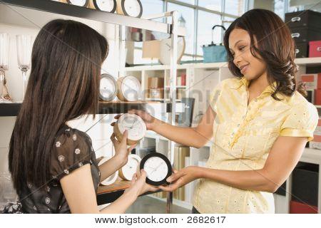 Frauen im Shop einkaufen.