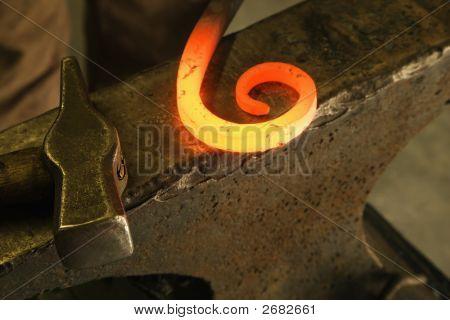 Heiß geformten Metall.