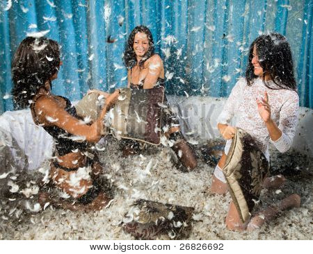 dejando a tres chicas morenas guapas, partido alegre.