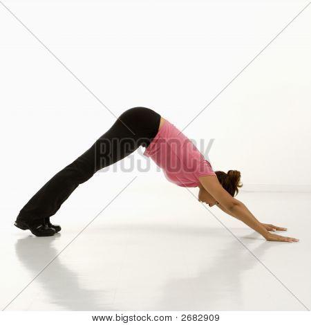 Mujer practicando Yoga.