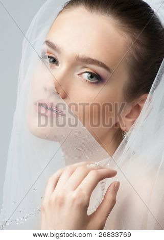 Retrato de una bella novia con maquillaje brillante