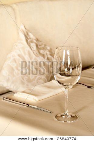 Arreglo de mesa en el restaurante, tonificado