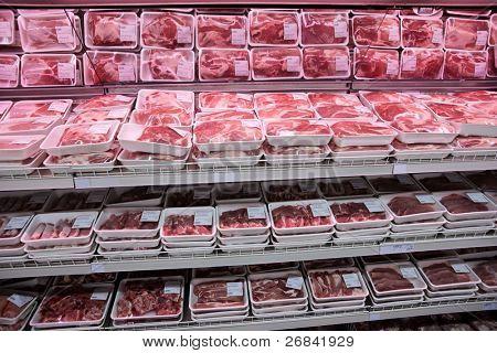 Prateleiras totalmente carregadas com carne em um supermercado grande