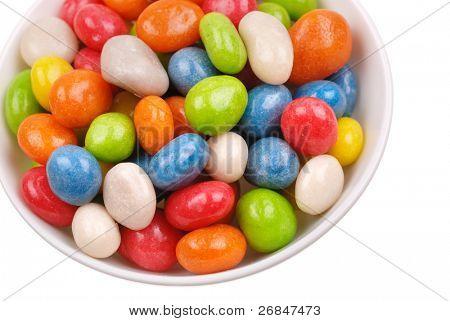 Doces coloridos cobertos com esmalte em uma placa