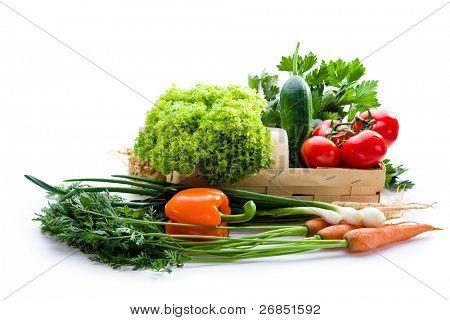 saftiges Gemüse in Schale auf weißem Hintergrund