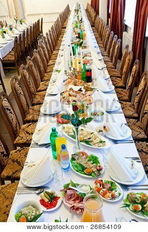 Bankett Mahlzeit Schalen serviert auf Tabellen
