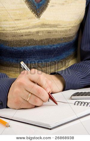 hombre mano escrito por pluma en equipaje portátil