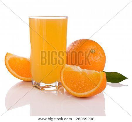 jugo y naranjas aislados sobre fondo blanco