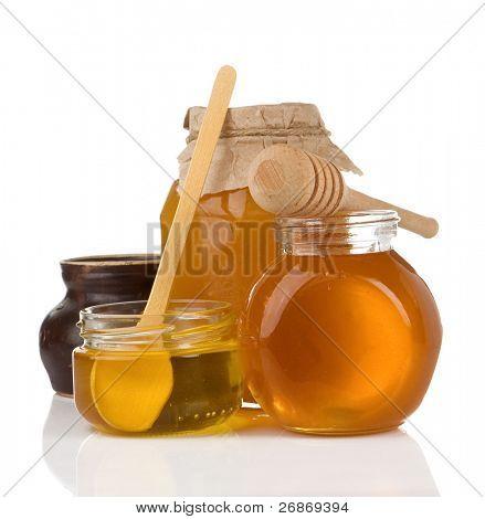 Glas voller Honig isoliert auf weißem Hintergrund