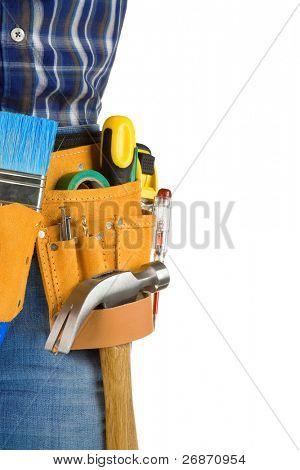 herramientas y hombre con cinturón aislado sobre fondo blanco