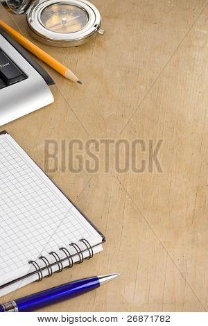 teclado de computadora y notebook comprobado en textura de madera