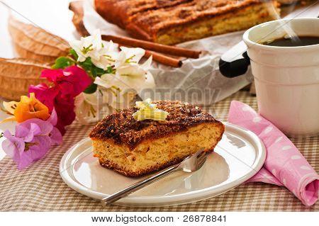 ein Blatt-Kuchen mit Zimt-Zucker-Butter und eine Tasse Kaffee