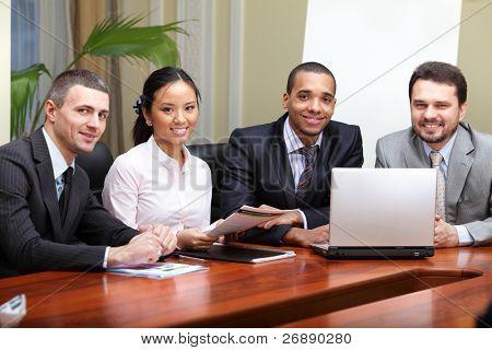Multi-ethnischen Business-Team bei einem Treffen. Interaktion. african american Man im Fokus