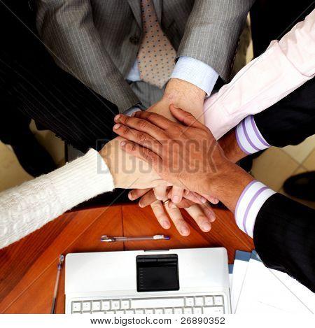 Imagem de pessoas de negócios as mãos em cima do outro. Ver os de cima