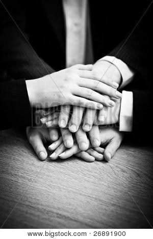 Bild von Geschäftspartnern Hände an der Spitze der jeweils anderen als Symbol für Kameradschaft und Einigkeit