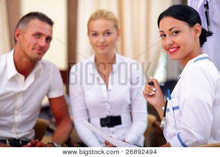 Doctor en medicina y pacientes de la joven pareja.