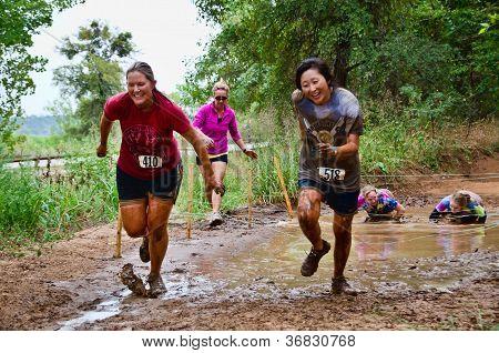 Schlamm Rennen laufen