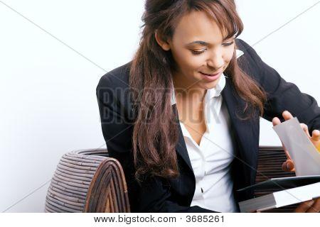 Leitura de garota de negócios