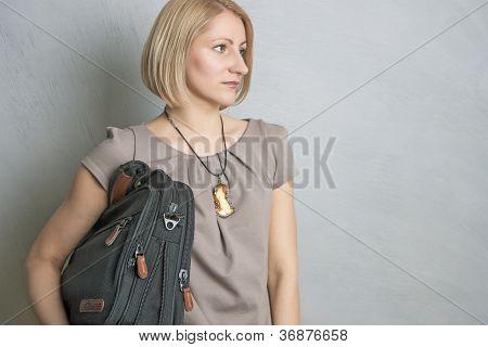 Chica con un maletín