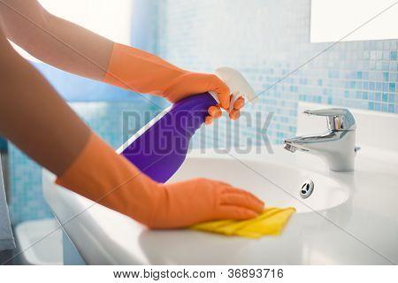 Frau Aufgaben Reinigung Badezimmer zu Hause zu tun