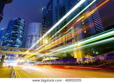 Estrada de tráfego ocupado à noite