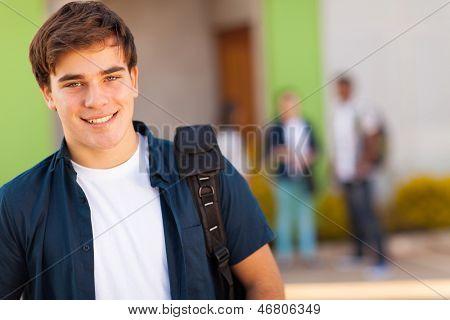 sorrindo o rapaz adolescente carregando mochila